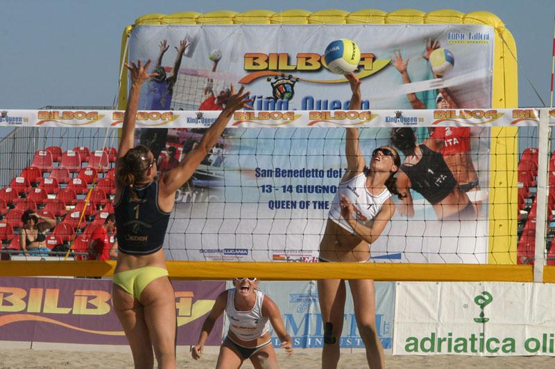 Una schiacciata durante lo spettacolare torneo di beach volley