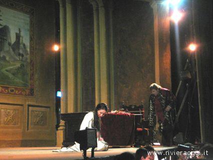 Un momento dell'opera con Rigoletto e GIlda, sua figlia