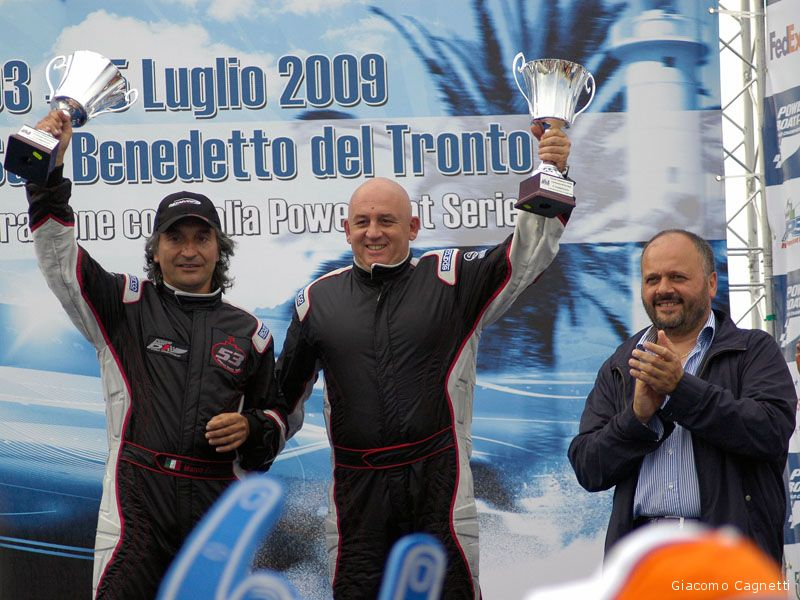 Il team Metamarine sale sul podio dell'Italian Powerboat Series. Giovanni Gaspari applaude