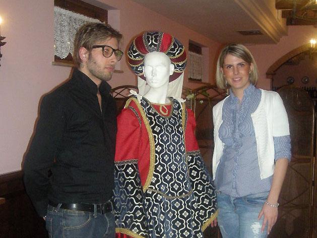 Valeria Ciabattoni e Simone Faraone con l'abito di Forasteria