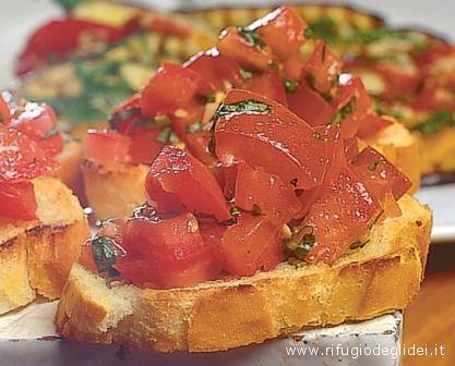 Cosa c'è di meglio di bruschetta, olio e pomodoro, tutto all'insegna della dieta mediterranea?