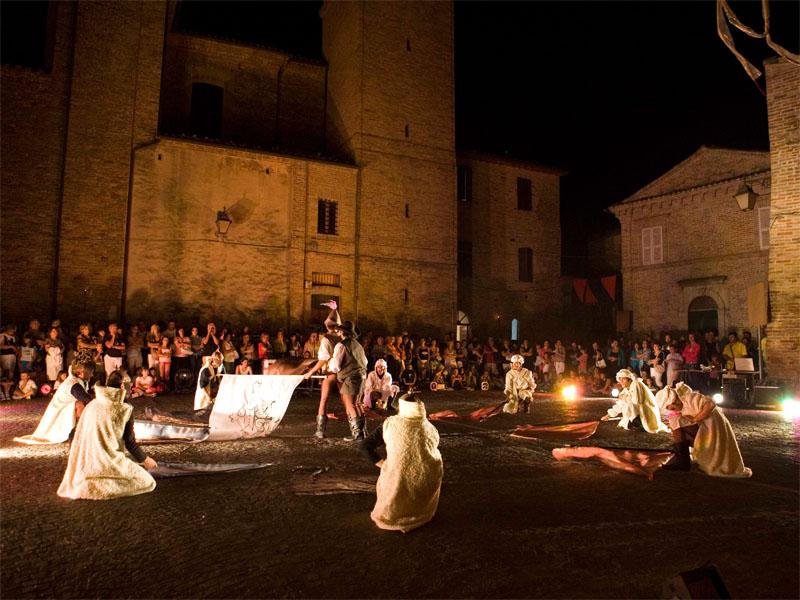 Danze e spettacoli nelle piazze del centro storico