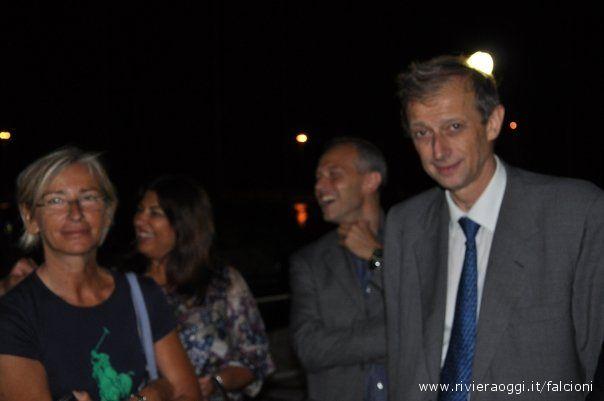 Piero Fassino e Margherita Sorge sorridono ai fotografi