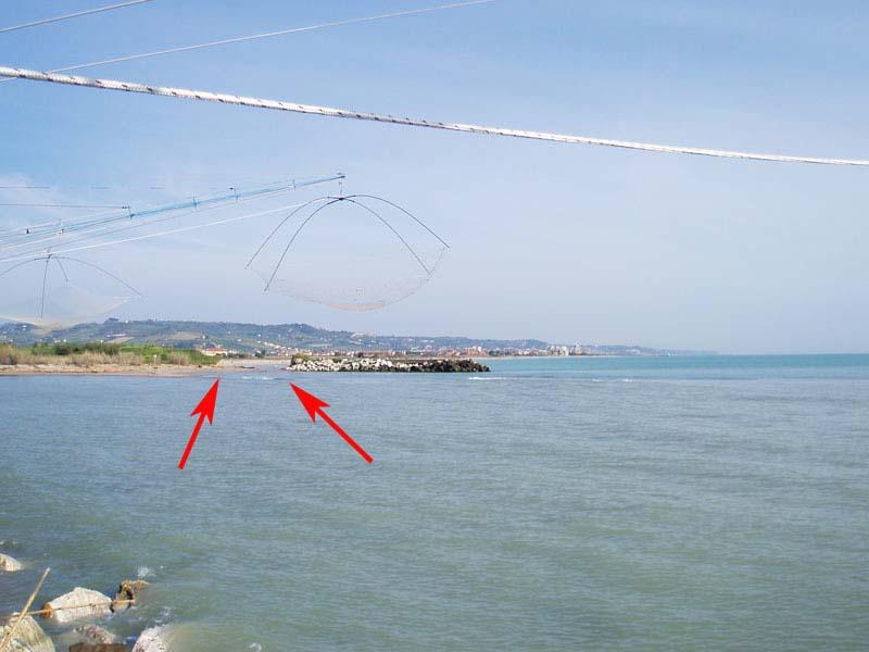La foce del Tronto: le frecce indicano il punto in cui l'argine nord risulta spezzato