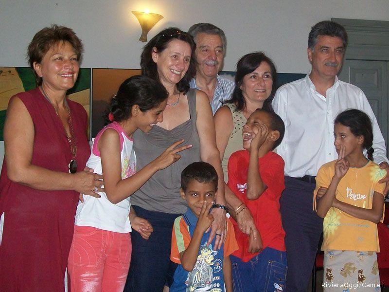 Alcuni dei 23 bambini che a luglio ed agosto saranno ospitati a Grottammare, con (da sinistra) l'assessore Ada Tassella, la rappresentante di Rio de Oro Rosanna Berini, il grande volontario Alfredo Gende, Lina Lanciotti della consulta ed il sindaco Luigi Merli