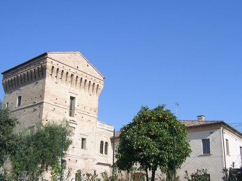 La Torre Carlo V e l'attigua casa doganale, sede del Museo Archeologico di Martinsicuro