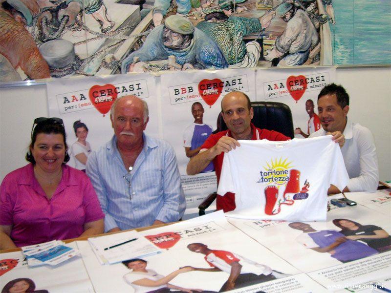 Gli organizzatori e l'assessore Eldo Fanini presentano la maglietta che sarà donata ai partecipanti alla 5° gara podistica
