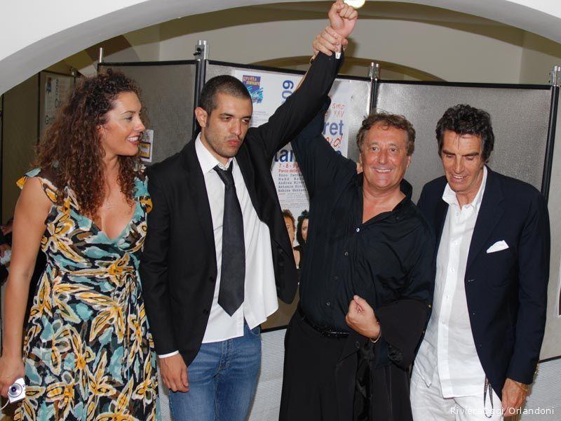 Tre riconoscimenti per Francesco de Carlo, qui con i conduttori Mascia Foschi ed Enzo iacchetti ed il direttore artistico pepi Morgia