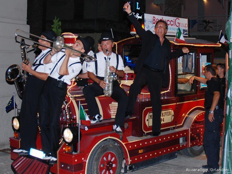 L'ingresso trionfale sul trenino dell'arte della terza serata di Cabaret, amoremio!