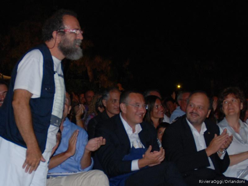 Giobbe Covatta si gode lo spettacolo come spettatore in prima fila fra le autorità