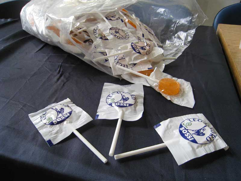 Alcuni gadget distribuiti nel corso della conferenza stampa della Lega Nord