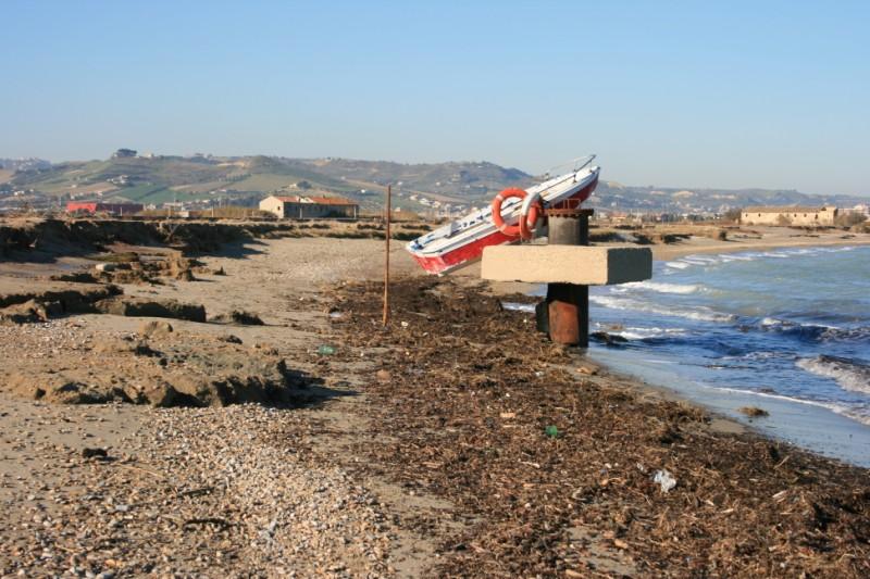 Gli effetti dell'erosione costiera nella spiaggia della Sentina (foto d'archivio)