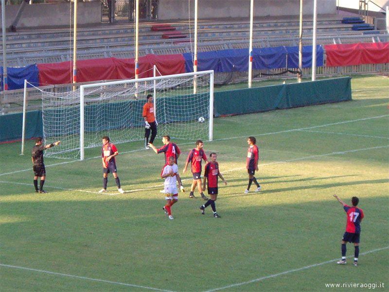 Le proteste dei giocatori rossoblu sul secondo rigore assegnato alla Santegidiese