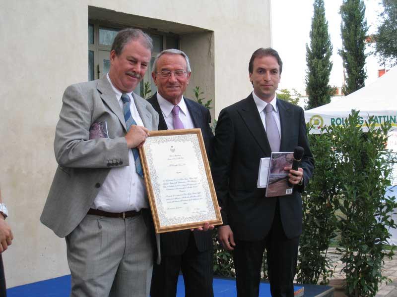 Il sindaco Di Salvatore e il consigliere Massimo Vagnoni conferiscono la cittadinanza onoraria di Martinsicuro ad Andrea Staffa