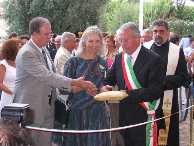 Il sindaco Di Salvatore si accinge a tagliare il nastro alla presenza del direttore del Museo Andrea Staffa e alla dirigente della Soprintendenza dei Beni Archeologici di Chieti