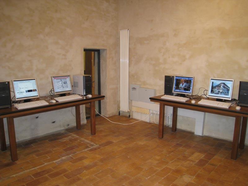 sala multimediale, con collegamento internet
