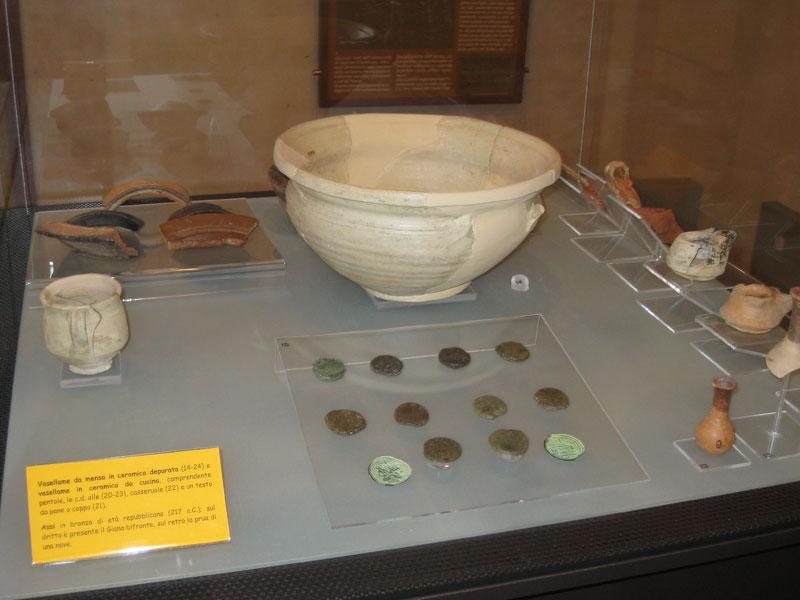 Vasellame e monete di epoca romana