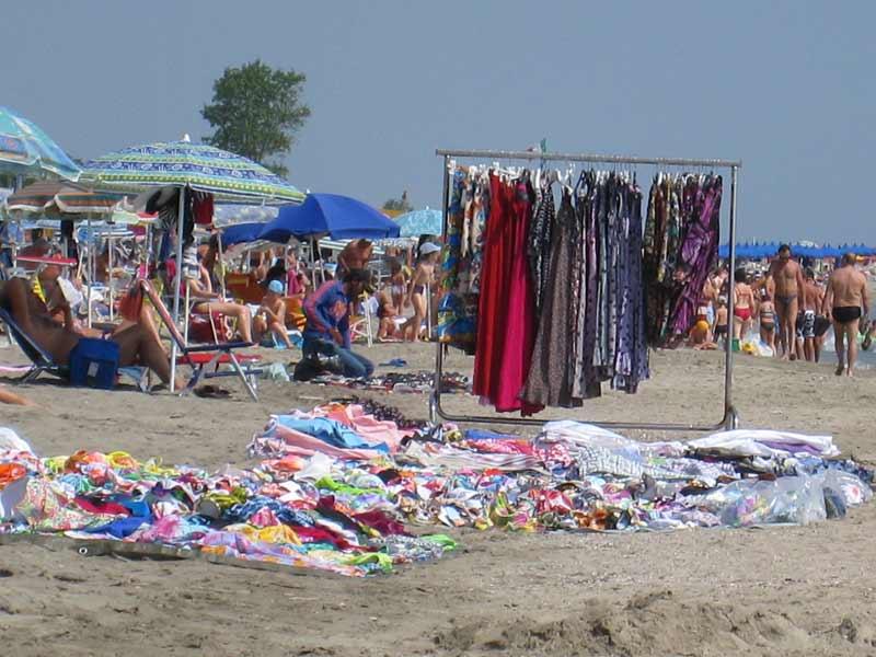 Capi di abbigliamento venduti abusivamente sulla spiaggia