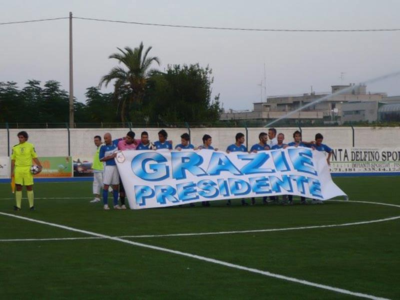 Lo striscione mostrato dal Martinsicuro prima della partita inaugurale