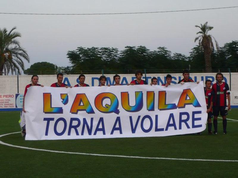 Lo striscione del L'Aquila Calcio mostrato prima della partita con il Martinsicuro