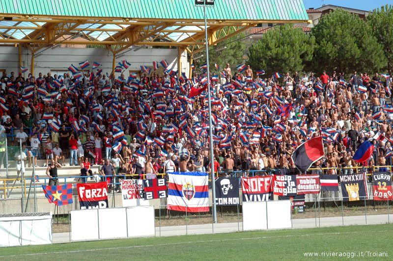 Lo splendido tifo dei tifosi rossoblu: anche in Eccellenza il Sambodromo c'è