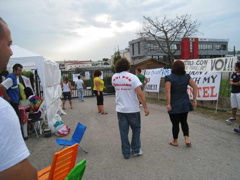 I dipendenti Bentel presidiano in sciopero davanti ai cancelli