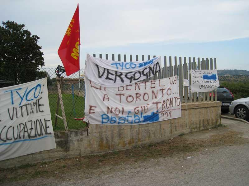 Cartelli di protesta all'ingresso della Bentel Security