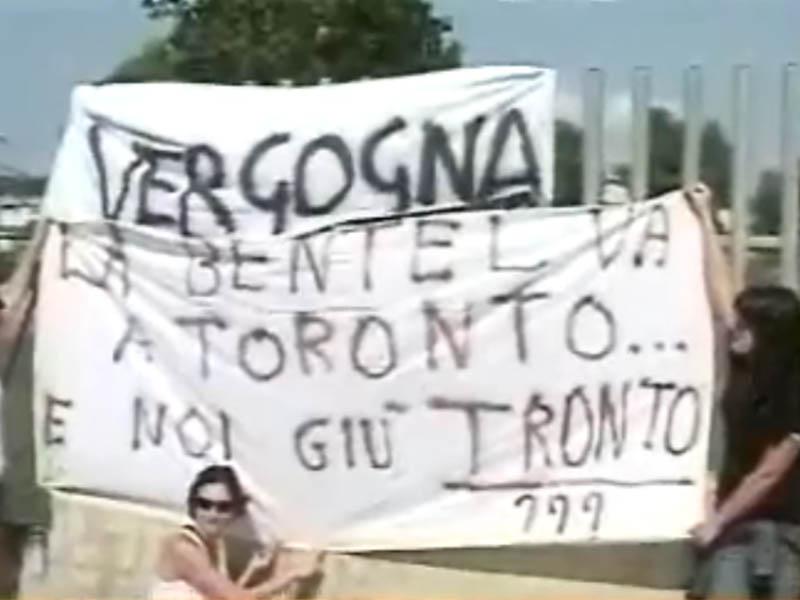 I dipendenti della Bentel presidiano in sciopero di fronte ai cancelli