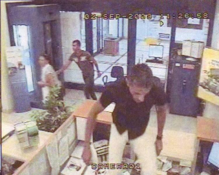 Un altro fermo immagine dell'irruzione dei due rapinatori alla filiale Carisap del