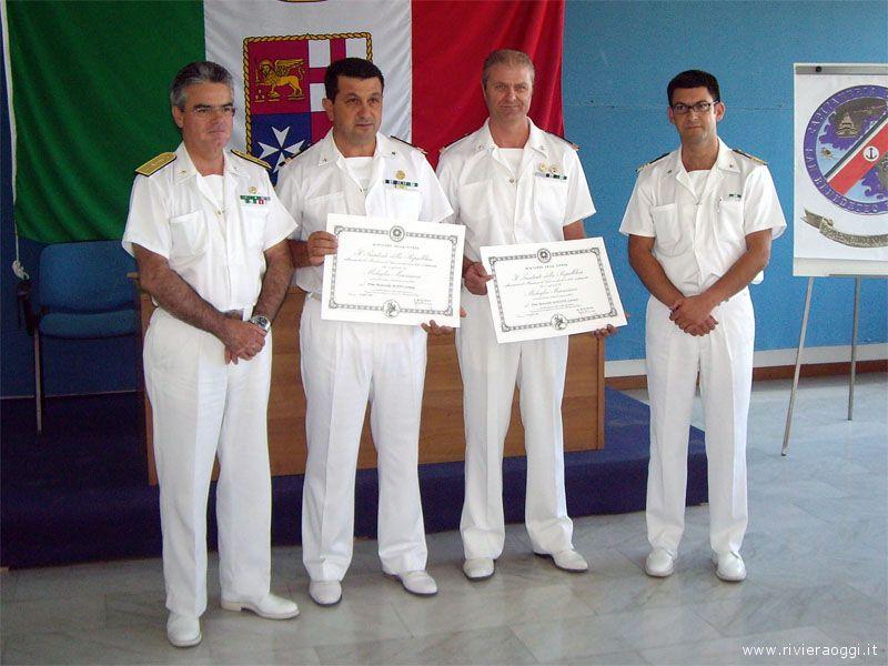 La consegna degli attestati ai due marescialli (al centro); a sinistra l'ammiraglio Antonio Pasetti e a destra il comandante Daniele Di Guardo