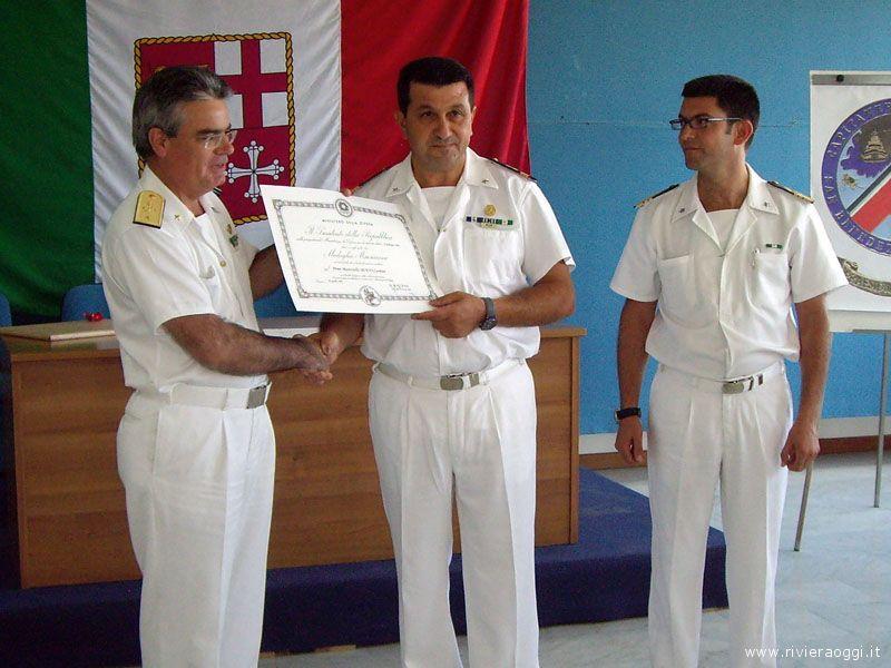 La consegna dell'attestato al maresciallo Carmine Miano