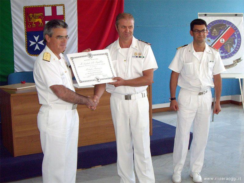 La consegna dell'attestato al maresciallo Giovanni Minonne