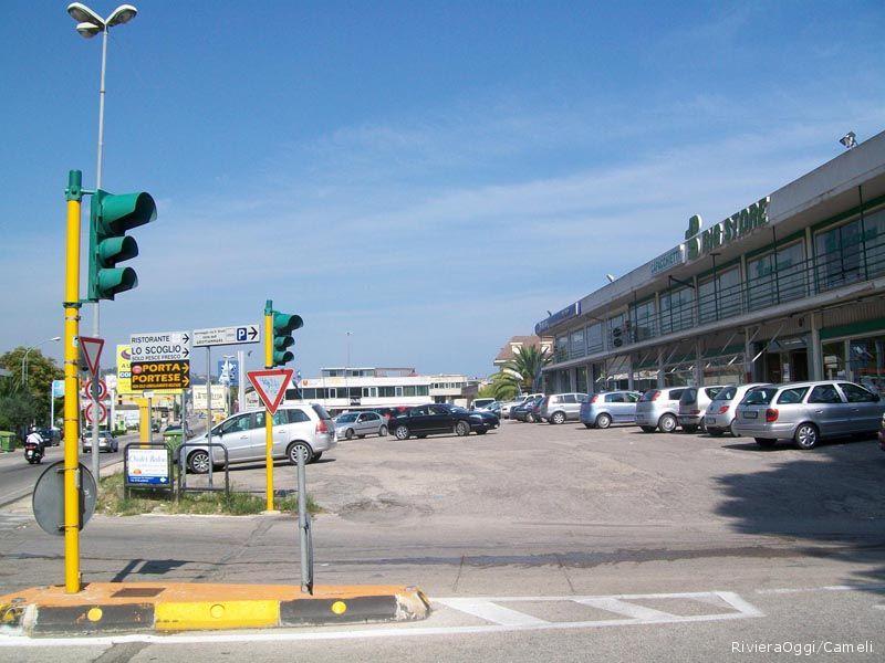 Il parcheggio antistante il Big store