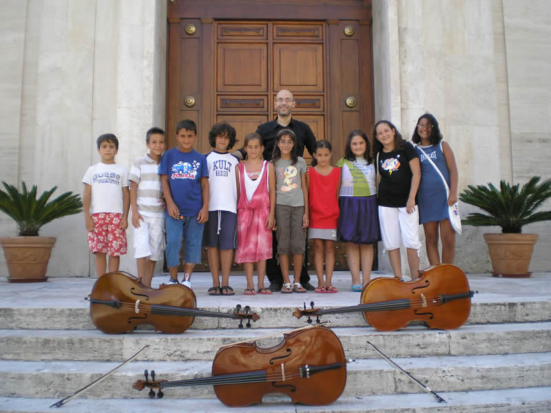 Giuliano De Angelis con i suoi allievi davanti alla chiesa di Sant'Antonio da Padova