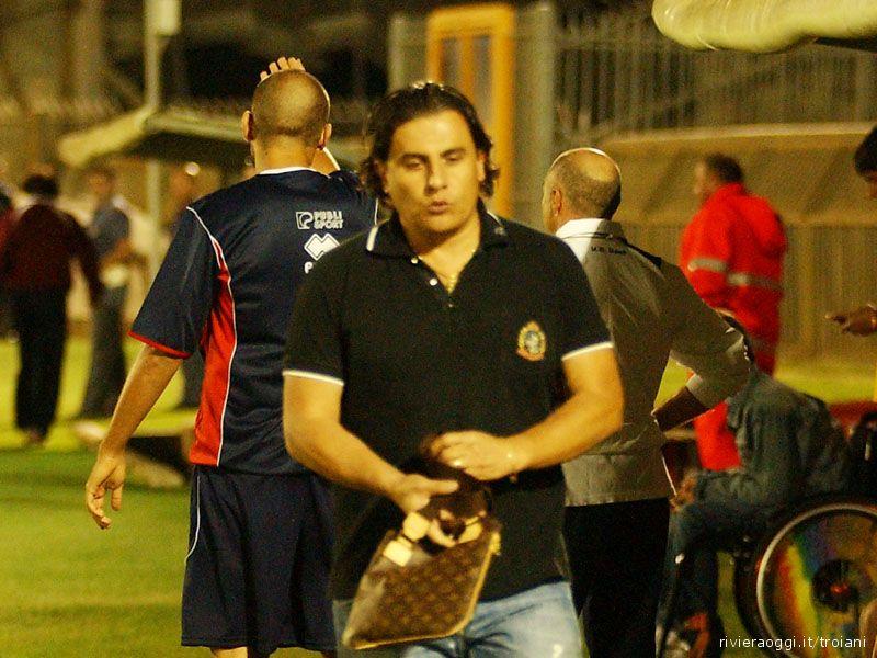 Santoni ha appena segnato il 2-3 per il Piano San Lazzaro e il presidente Spina lascia la panchina amareggiato. Alle sue spalle, impietrito, mister Minuti: poco dopo sarà