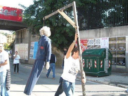 Un lavoratore della Manuli durante la manifestazione di protesta del 19 settembre 2009, mentre issa il (macabro) simbolo del presidio contro i licenziamenti