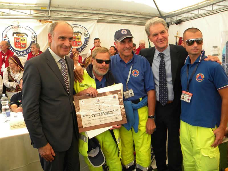 L'Assessore Mariani e il Presidente Celani insieme ad alcuni volontari della Protezione Civile
