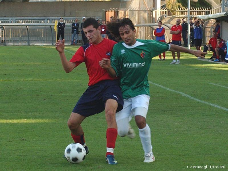 Zazzetta in inedita maglia verde contrastato da un difensore della Fortitudo Fabriano