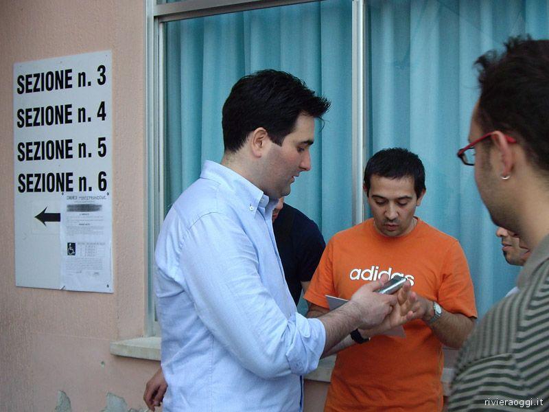 Stefano Stracci fuori dalle sezioni elettorali nel giorno della sua elezione