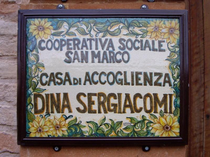La targa commemorativa nella Casa d'Accoglienza