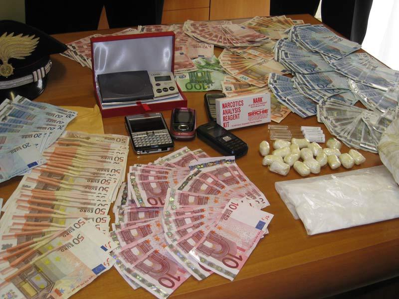 Gli ovuli di droga, il contante e i cellulari sequestrati nel corso dell'operazione