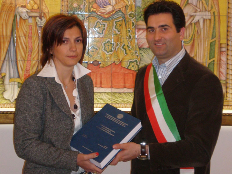 Ornella Cori ha donato al Sindaco Stefano Stracci le sue tesi su Monteprandone