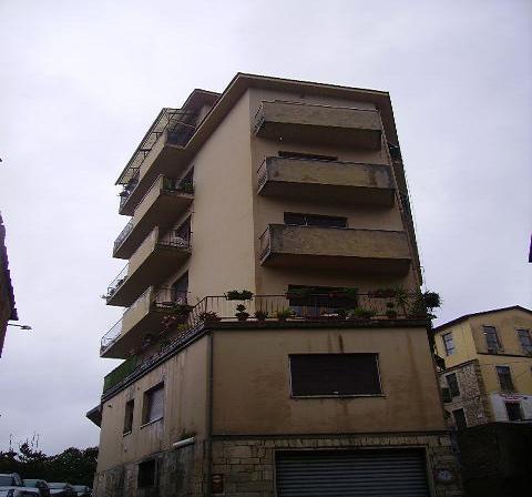 Il palazzo di Via Parini. In un appartamento si svolgevano i festini