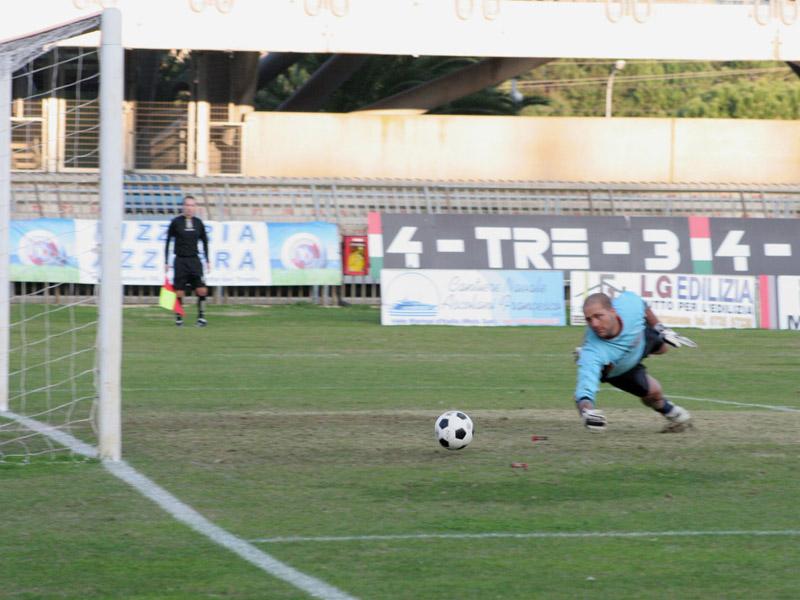 Cacciatore supera Spina e realizza la rete vincente di Samb-Montegiorgio 1-0