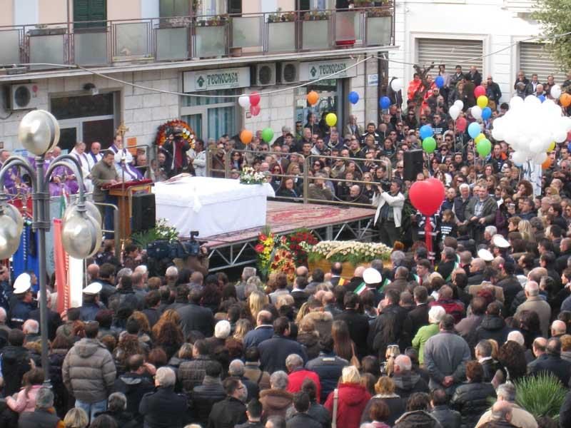 La folla presente ai funerali di Fadani