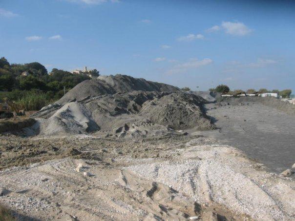 Sabbia dragata dai fondali dell'Adriatico a Marina Palmense, pronta per essere utilizzata per il ripascimento