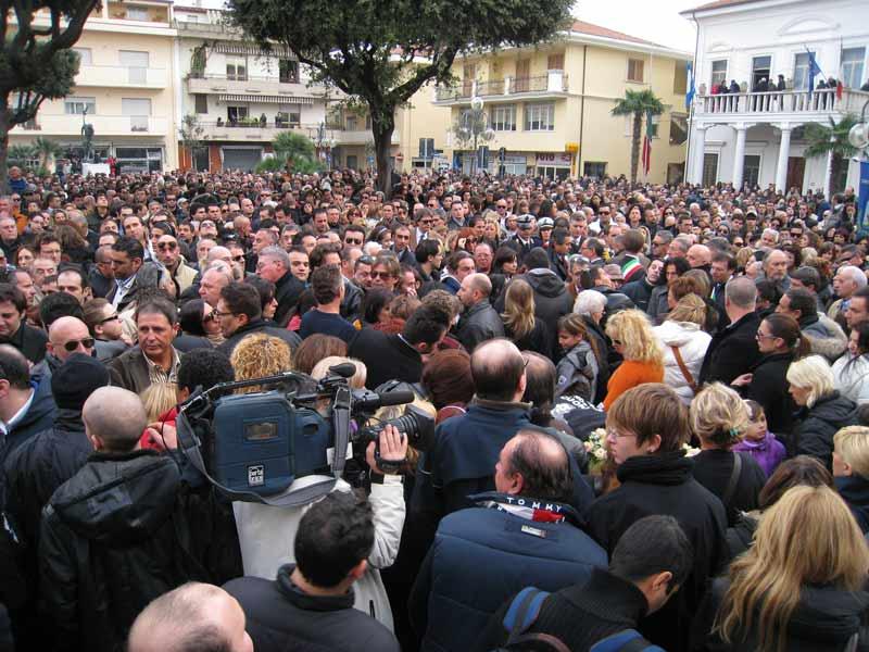 La folla ai funerali