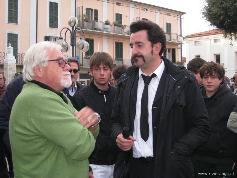 Luigi Pelazza intervista alcuni cittadini ad Alba Adriatica