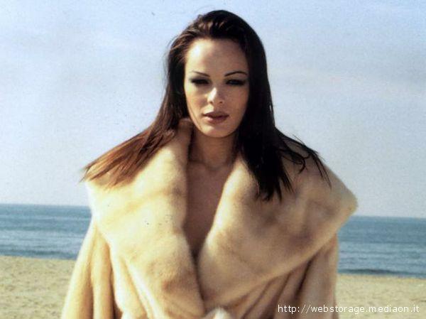 Una modella in pelliccia