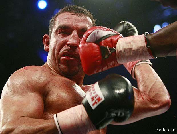 Il pugile tedesco Arslan colpito dal panamense Jones nel campionato mondiale WBA Cruiserweight di Amburgo